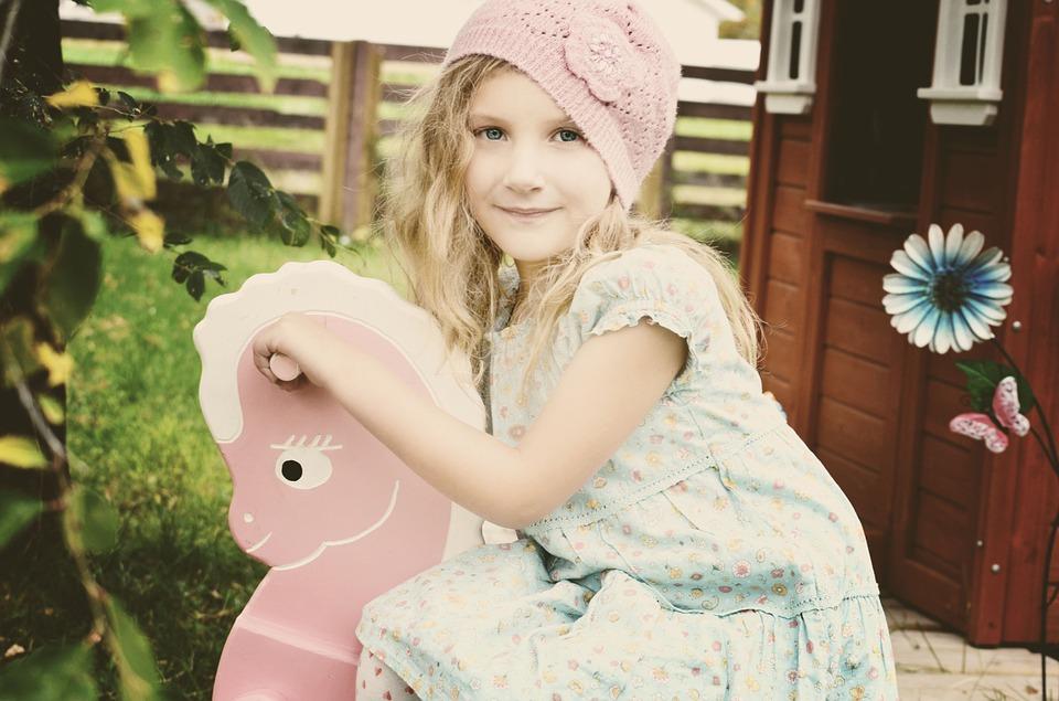 holčička s houpacím koněm