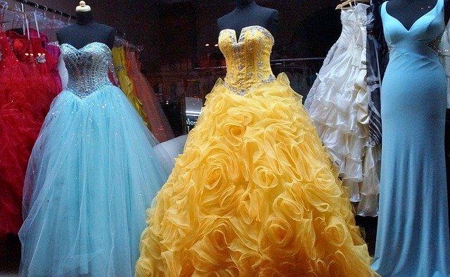 vystavené šaty na ples.jpg