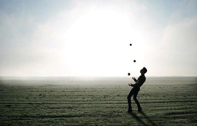 žonglér na poli