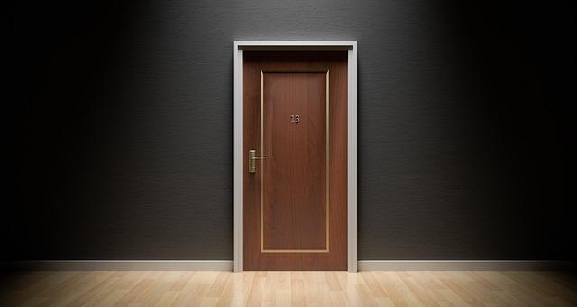 třináctka na dveřích
