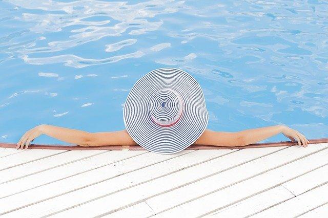 odpočinek v bazénu