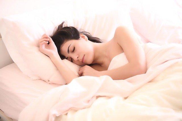 spánek brunetky
