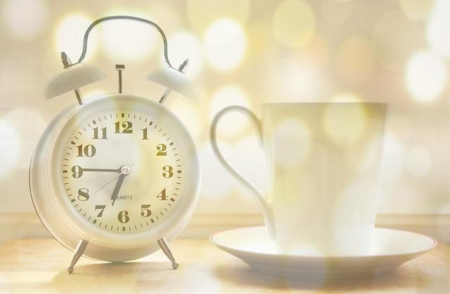 budík a kávový šálek