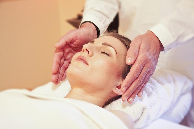 žena na masáži obličeje