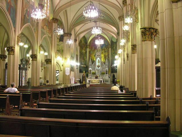 interiér kostela osvícený led světelnými zdroji