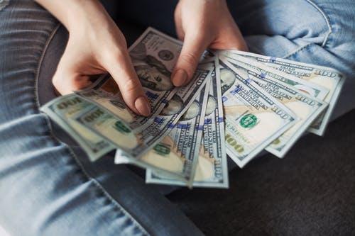 ruce peníz